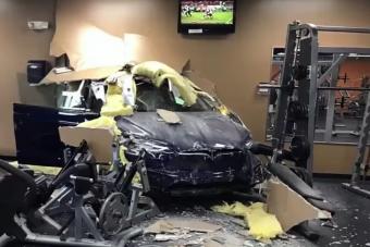 Falon át hajtott edzőterembe egy Tesla