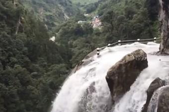 Útból lett hatalmas vízesés, a helyiek nyugodtan belehajtottak