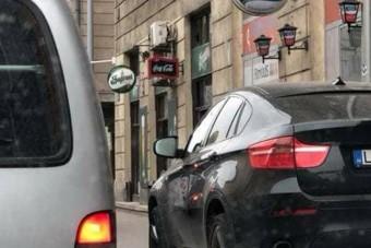 Attól, hogy a BMW-n egyedi rendszám van, még nem kéne így parkolni