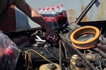 Videó mutatja, hogy mit művel a kóla és a cukorka a motorral