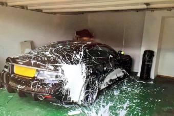 Festékes dobozra gurult az autós, biztos nem ez volt élete legjobb napja