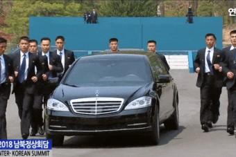 12 testőr futott Kim Dzsongun páncélozott Mercije mellett