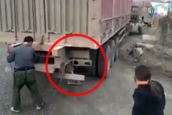 Hidraulikus lábtól lesz fordulékonyabb ez a kínai kamion