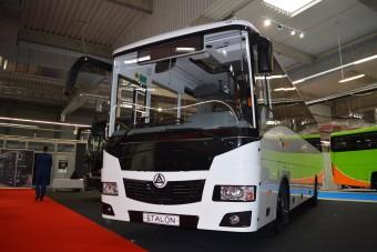 Így néz ki egy teherautóalvázra épített autóbusz