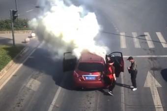 Megpakolta az autót tűzijátékkal, aztán rágyújtott - Látványos videó