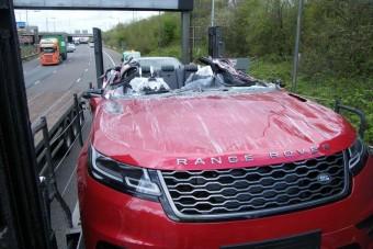 Levágta a híd az autó tetejét