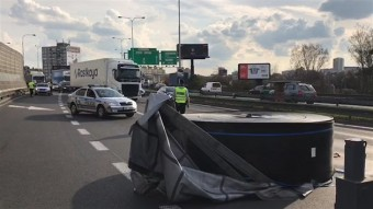Tíztonnás rakomány szabadult el egy magyar kamionról Csehországban