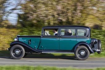 Ez egy 1933-as autó. És tényleg vezettük