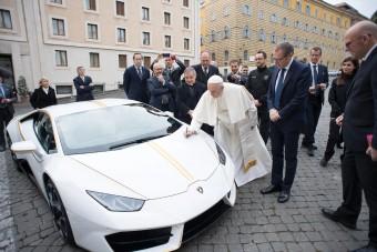 Nem vicc, szinte ingyen a tiéd lehet a pápa Lamborghinije!