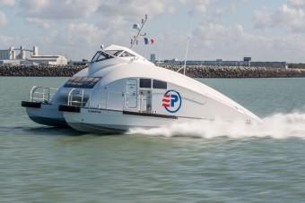 Scania-motorokkal hasít a vízen ez a furcsa kinézetű hajó