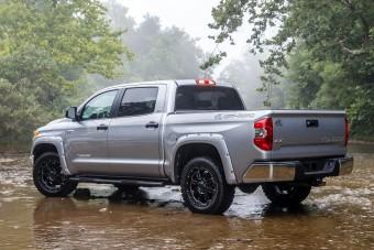 Személyautó alapokra készít pickupot a Toyota