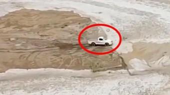 Ennek az áradás elől menekülő sofőrnek garantáltan drukkolni fogsz