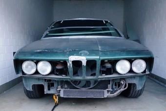 Ritka BMW-re bukkantak egy garázsban