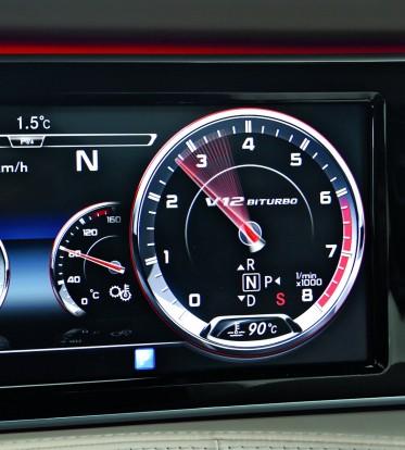 Hengerenként csupán három szeleppel és szívócső-befecskendezéssel a V12-es feltöltési lehetőségei korlátozottak. Technikai elmaradottságát a Mercedes hatalmas lökettérfogattal kárpótolja. Nem korszerű, de meggyőző