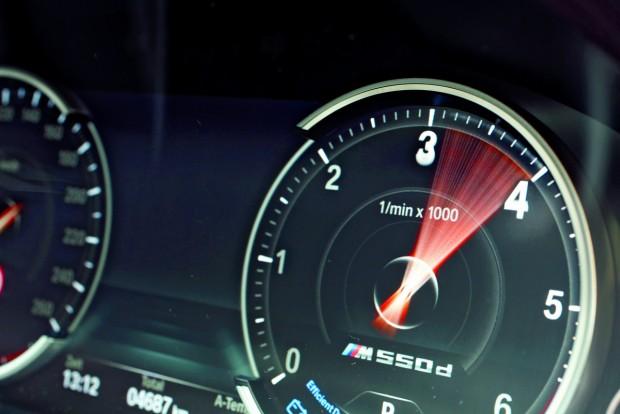 2000 és 3000 percenkénti fordulat között végig rendelkezésünkre áll az M550d teljes, 740 Nm-es nyomatéka. Előtte és után a nagynyomású turbók dolgoznak az erő fenntartásán. A töltőnyomás késedelme alig hosszabb az RS5 TDI-ben alkalmazott elektromos turbóénál