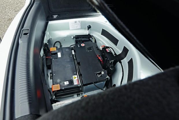 Az elektromos kompresszor táplálásához 48 voltos hálózat szükséges. Ez a legnagyobb hátránya - egyelőre