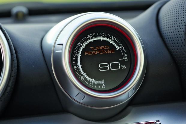 A műszerfalon egy kijelző százalékosan mutatja, hogy a turbó, illetve a motor milyen gyorsan képes reagálni a gázadásra. 4000/percnél például 80-90 százalék ez az érték, vagyis lényegében azonnali a hatás