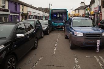 Két tucat autót tört rommá egy busz