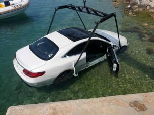 Tengerfenékre parkolt egy luxus-Mercedes az Adrián