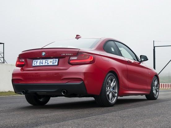 BMW M235i: Soros, hathengeres, turbófeltöltős motor. Furat x löket 84,0 x 89,6 mm, lökettérfogat 2979 cm3, sűrítési arány 10,2:1. max. töltőnyomás 0,8 bar. Teljesítmény 326 LE (240 kW) 5800-6000/percnél. Forgatónyomaték 450 Nm 1300-4500/percnél