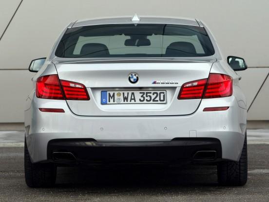 BMW M550d xDrive: Soros hathengeres dízelmotor három turbófeltöltővel. Furat x löket 84,0 x 90,0 mm, lökettérfogat 2993 cm3, sűrítési arány 16,0:1, max. töltőnyomás 2,25 bar. Teljesítmény 381 LE (280 kW) 4000-4400/percnél. Forgatónyomaték 740 Nm 2000-3000/percnél