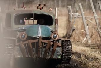Igazi szörnyeteg ez a tankból épített lánctalpas platós