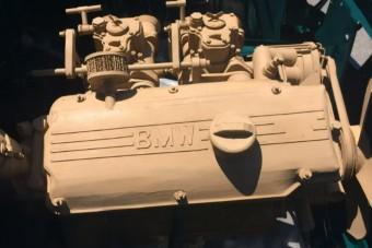 Papírból épített elképesztően részletes BMW-motort