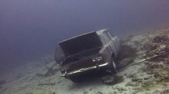 92 autó került elő a világ legmélyebb tavából, néhány utasokkal együtt