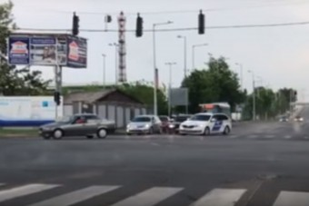 Autós üldözés Kecskeméten, videón a menekülő BMW-s