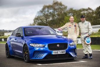 Autóversenyzők hajtották meg a Jaguar legbitangabb verdáját