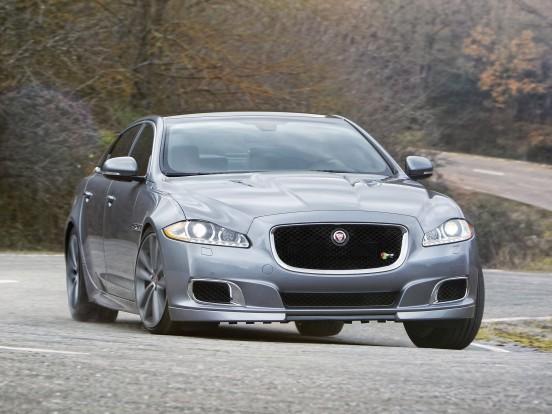 Jaguar XJR: Kompresszoros, V8-as benzinmotor. Furat x löket 92,5 x 93,0 mm, lökettérfogat 5000 cm3, sűrítési arány 9,5:1, max. töltőnyomás 0,8 bar. Teljesítmény 550 LE (405 kW) 6000-6500/percnél. Forgatónyomaték 680 Nm 3500-4000/percnél