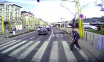 Videón, ahogy mentő elé lép egy gyalogos Budapesten