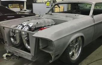 Ez már beteg őrület: V8-as Ferrari-motor egy Ford Mustang orrában