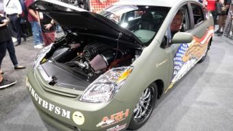 A hibridhívőknek szentségtörés, a benzinvérűeknek maga a megváltó ez a V8-as Prius