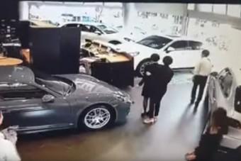 Autóval hajtott a szalonba az elégedtelen ügyfél