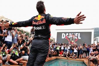 F1: A medencében kötött ki a futamgyőztes