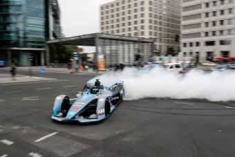 Rosberg Berlin utcáin égetett gumit - videó