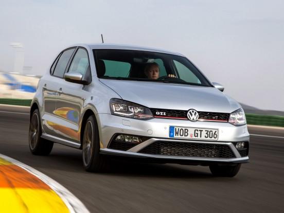 Volkswagen Polo GTI 1.4 TSI (2014-ig): Soros, négyhengeres benzinmotor turbófeltöltővel és kompresszorral. Furat x löket 76,5 x 75,6 mm, lökettérfogat 1390 cm3, sűrítési arány 10.5:1, max. töltőnyomás 1,5 bar. Teljesítmény 180 LE (132 kW) 6200/percnél. Forgatónyomaték 250 Nm 2000-4500/percnél