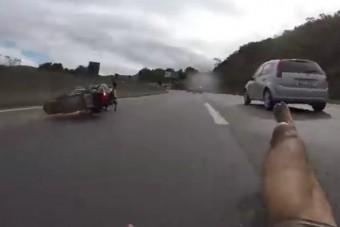 Védőruha nélkül bukott a száguldozó motoros, túlélte