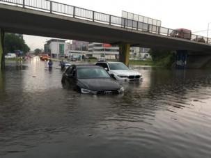 Özönvíz árasztotta el Pozsony utcáit, több helyen megbénult a közlekedés