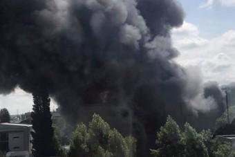 Óriási tűz tombol Budapesten, videón a lángok, több irodaépület veszélyben van