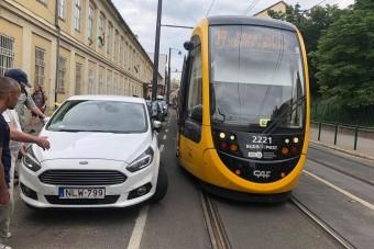 Figyelmetlen autós miatt állt a villamos Budapesten