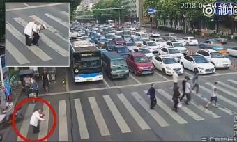Kínai rendőr kedvességét csodálja a világ