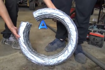 Őrült ötlet: gumi helyett ragasztószalagot az autóra!
