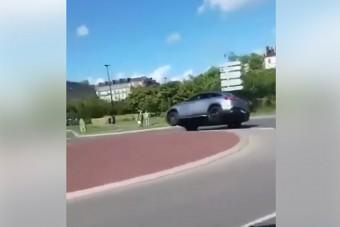 Hogy borul fel egy méretes Mercedes SUV a körforgalomban?