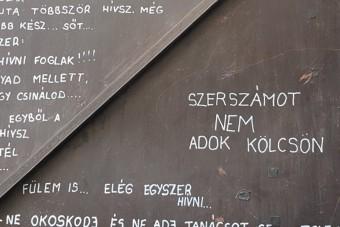 Garázsajtóra írták fel a magyar szerelők őszinte hitvallását