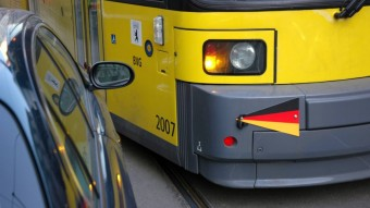 Ráparkolt a villamossínre, a közlekedési cég taxikon szállította az utasokat, majd az egészet kiszámlázta a szabálytalankodónak