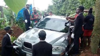 Csak azért vettek egy BMW-t hogy koporsónak használhassák