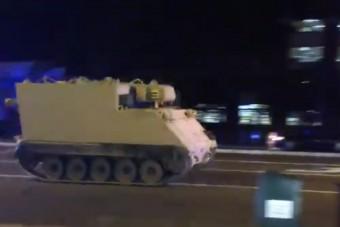 Ellopott egy páncélozott harcjárművet, a rendőrök üldözőbe vették