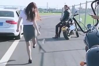 Ahogy ez a lány megbünteti a szemetelő autóst, azt a vébén is megirigyelnék